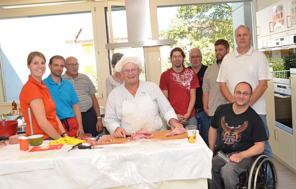 Werner Dönni und Mitglieder des OV Balzers genossen sichtlich den Fleischverwertungskurs in der Schulküche Balzers