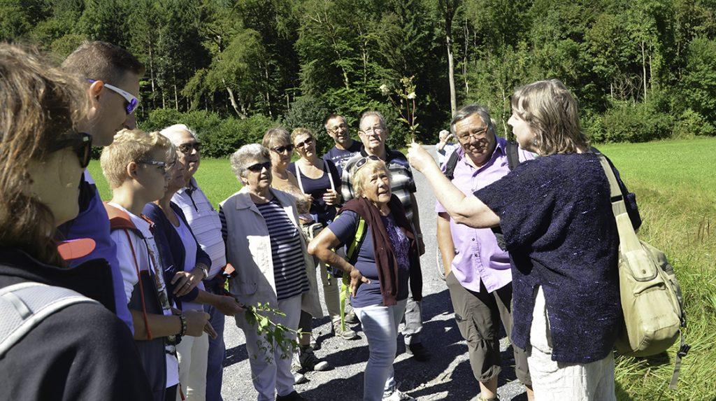 Nicht nur die Sonne strahlte, sondern auch die 25 vom Kräuterkurs mit Ursula Glauser begeisterten Teilnehmer. Der Kurs in Balzers mit Teilnemenden aus Liechtenstein, der Schweiz und aus Österreich war ein voller Erfolg!